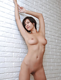 Short-haired older brunette with a big mouth posing completely naked