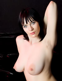Big breasted brunette lady Lo Lynn takes off her black top and shows us her huge milk cans.